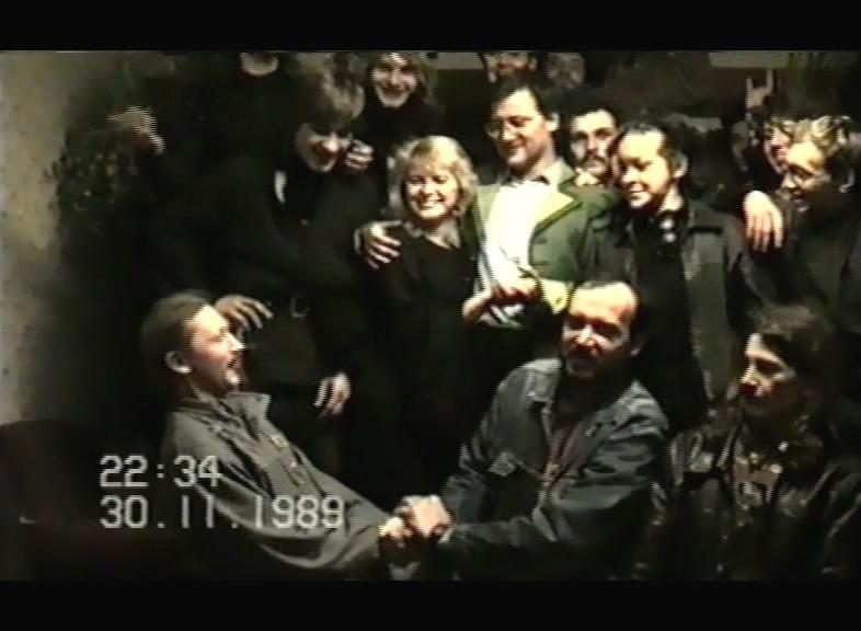 """Gdański """"klub Mordor"""", pod wodzą stuprocentowej kobiety, tu w objęciach gościa, włoskiego grafika Michelangela Mianiego."""
